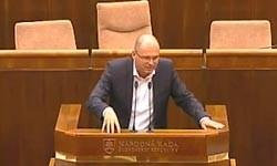 Smer-SD s ministrom financií Kažimírom pília konár pod celým Slovenskom – dane a smrť